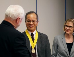 Lawrence Loo, MD, receives 2018 Kinzer Rice Award for Excellence in University Teaching